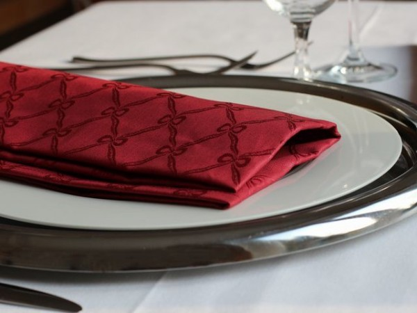 18 Damast-Servietten Fina, bordeaux, mit klassischem Muster, 50x50